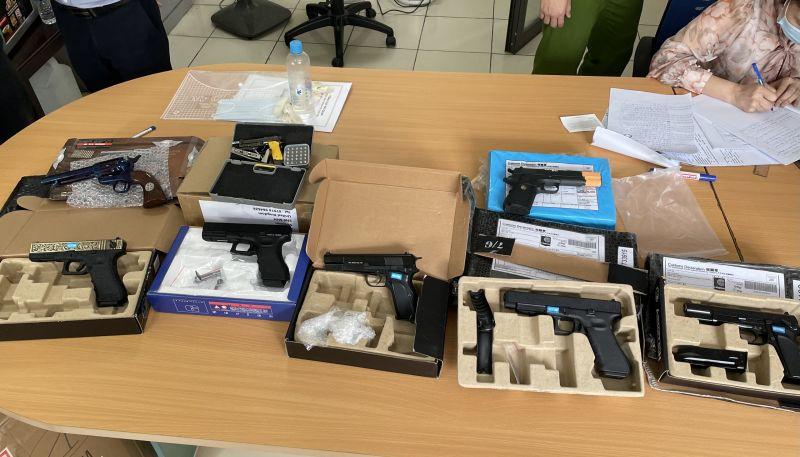 Sản phẩm hình dạng súng và rất nhiều phụ kiện lắp ráp súng giấu tronmg 98 gói hàng chuyển phát nhanh. Ảnh: Ngọc Linh.