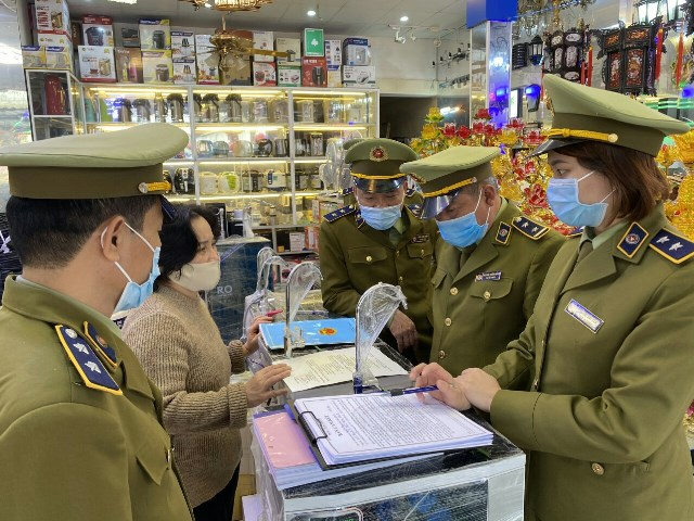 Đoàn kiểm tra tiến hành lập hồ sơ xử lý và hướng dẫn ký cam kết