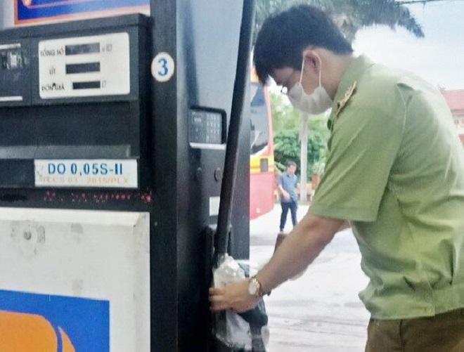 Lực lượng chức năng kiểm tra cây xăng dầu sau khi có phản ánh của khách hàng