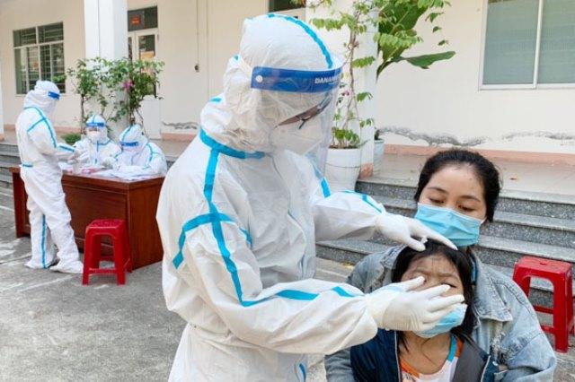 Trung tâm Y tế quận Liên Chiểu lấy mẫu xét nghiệm các trường hợp có liên quan đến ca nghi nhiễm Covid-19 ở đường Ngô Xuân Thu, phường Hòa Hiệp Bắc