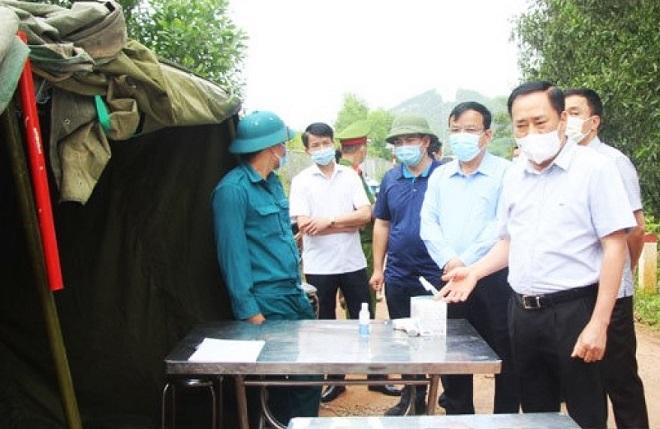 Chủ tịch UBND Lạng Sơn Hồ Tiến Thiệu kiểm tra công tác phòng chống dịch tại huyện Hữu Lũng.