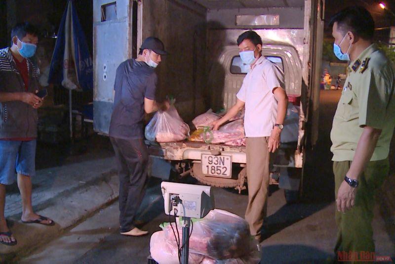 Lưucj lượng QLTT Bình Phước kiểm tra số thịt lợn không rõ nguồn gốc
