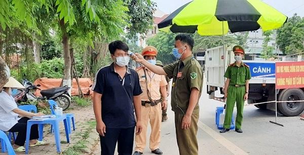 Người dân được yêu cầu khai báo y tế, kiểm tra thân nhiệt khi vào thị trấn Yên Lạc.