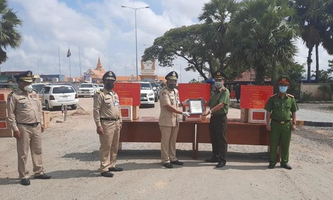Lãnh đạo Công an TPHCM và Công an tỉnh Long An trao quà tặng Cảnh sát các địa phương thuộc Cảnh sát Hoàng gia Campuchia