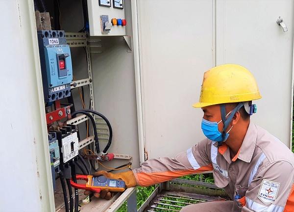 Công nhân Điện lực Tiên Yên kiểm tra, đo dòng điện của trạm biến áp giờ cao điểm