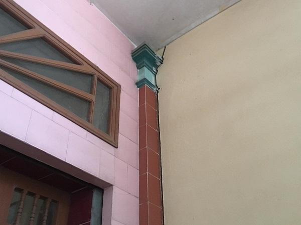 Nhà ông Vũ Xuân Trạm, số nhà 31, ngõ 687 Lê Thanh Nghị, khu 7, phường Hải Tân bị hư hỏng khi dự án đi vào thị công