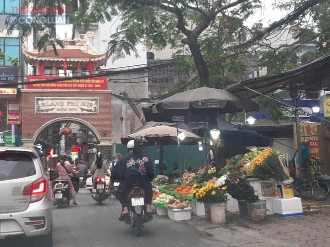 Sạp hoa quả ngay trước cổng cổng làng Phú Mỹ-Mỹ Đình
