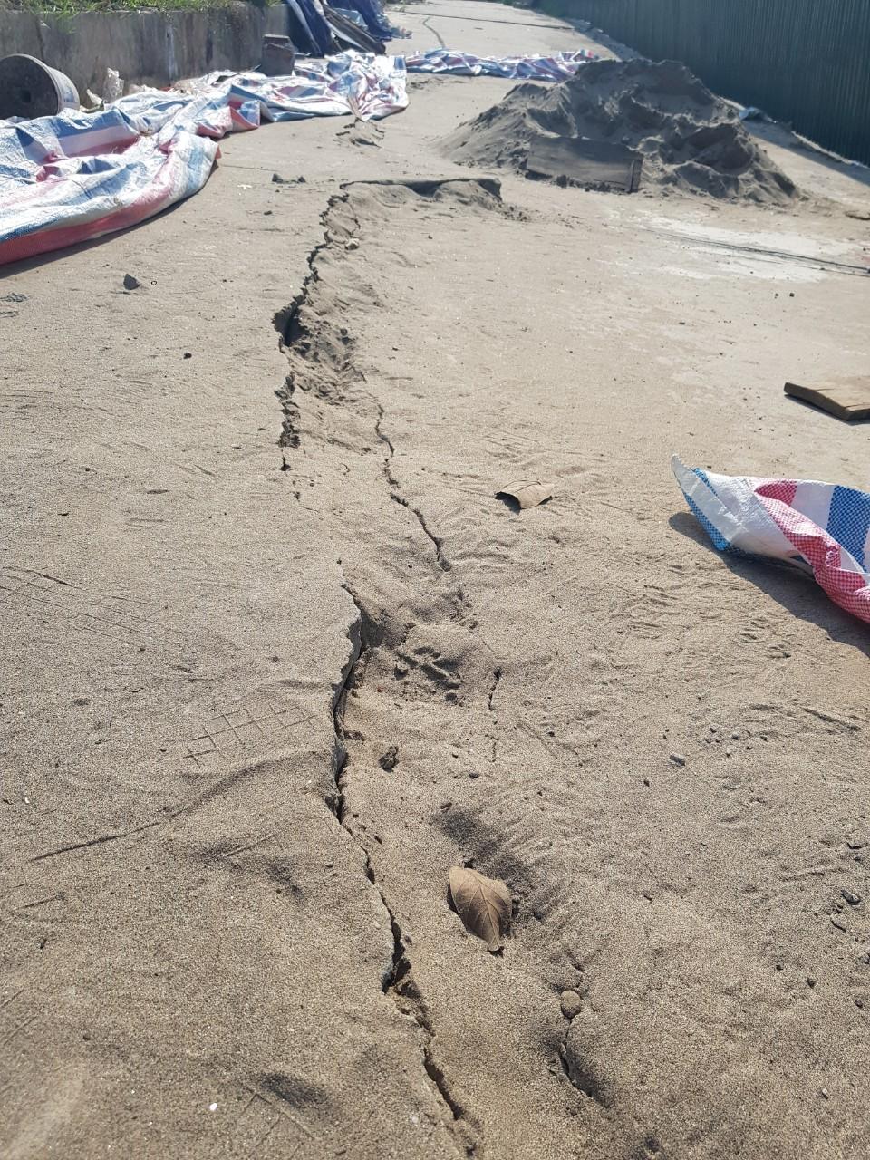 Toàn bộ tuyến đường gom đê hữu Hồng được đổ bê tông, chịu tải 6 tấn nhưng đã bị gãy nứt nghiêm trọng