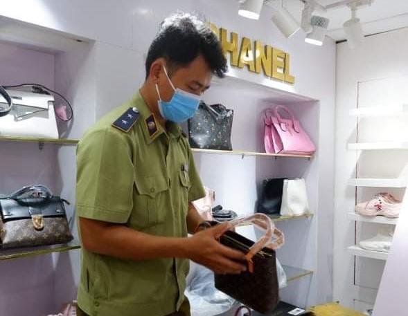 Quảng Nam xử phạt một cá nhân 10 triệu đồng, tịch thu nhiều sản phẩm giả mạo nhãn hiệu LOUIS VUITTON, HERMES, BURBERRY