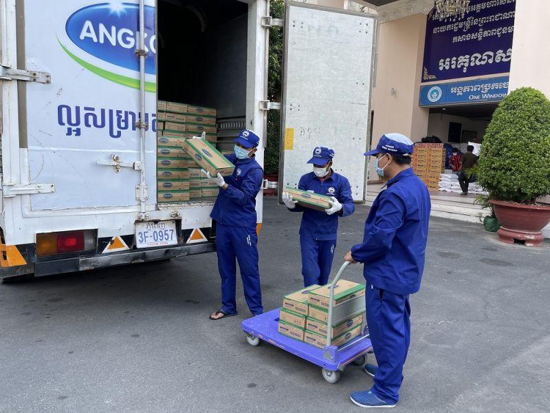 Công tác giao nhận sữa cho chính quyền Phnom Penh được nhà máy Angkormilk thực hiện cẩn trọng tuyệt đối theo qui định phòng dịch Covid-19