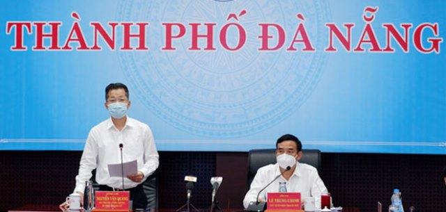 Bí thư Thành ủy Nguyễn Văn Quảng (trái) phát biểu chỉ đạo tại cuộc họp phòng, chống Covid-19 thành phố chiều 13/5.