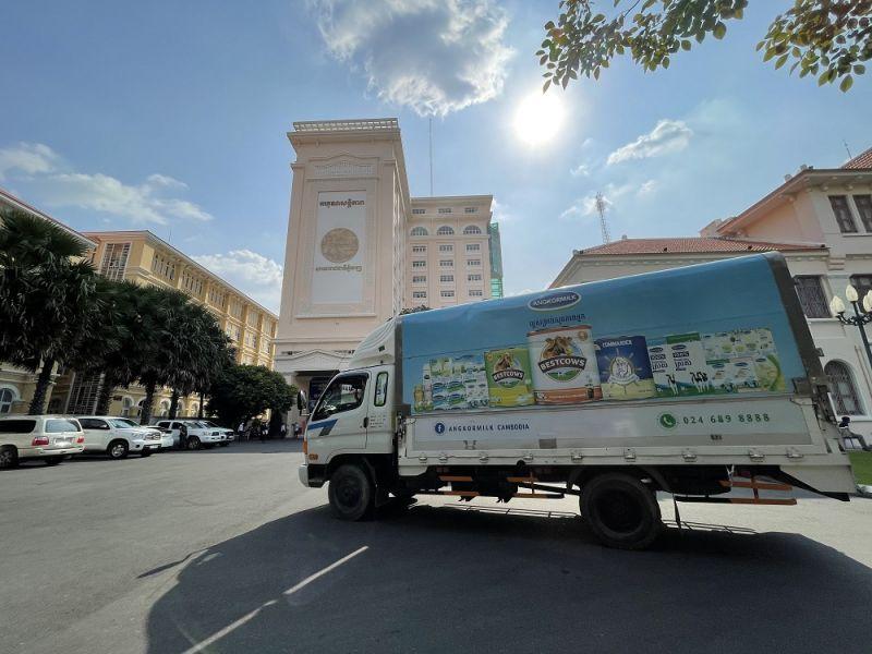 """Các chuyến xe của Angkormilk kịp thời mang sữa đến các """"vùng đỏ"""" tại thủ đô Phnom Penh ngay giai đoạn phong tỏa, cách ly gắt gao"""