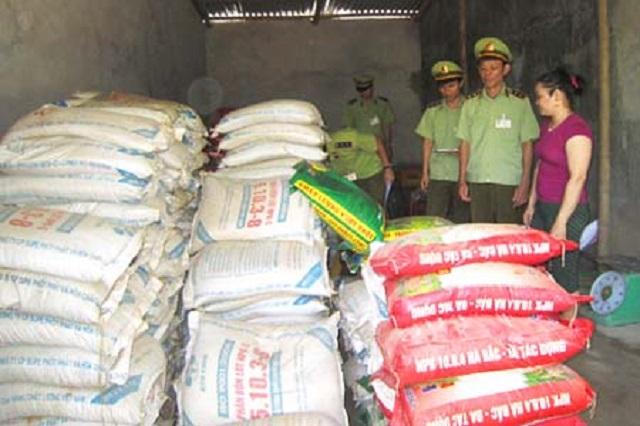 Lực lượng quản lý thị trường kiểm tra tình hình kinh doanh phân bón tại huyện Bá Thước.