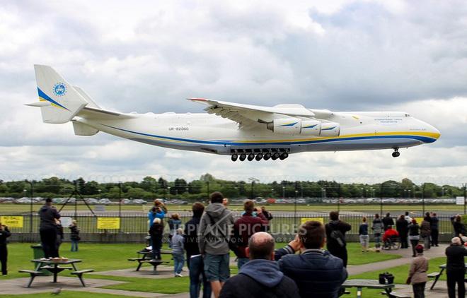Với tổng trọng lượng tối đa 640 tấn (1.411.000 lb), An-225 trở thành chiếc máy bay to lớn nhất mà con người từng chế tạo.