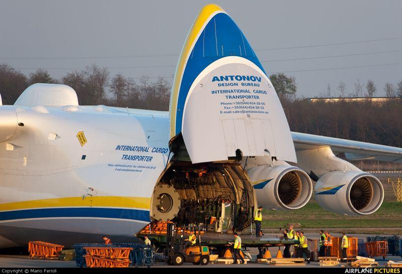 Khoang chở hàng khổng lồ của An-225 có thể mang theo khoảng 16 container hàng không tiêu chuẩn, 50 xe hơi hoặc khối hàng hóa nặng tới 200 tấn