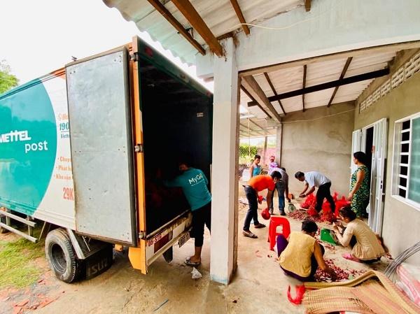 Cán bộ Viettel Post và Voso.vn hỗ trợ bà con cân, đóng gói và đưa lên xe vận chuyển giao hàng