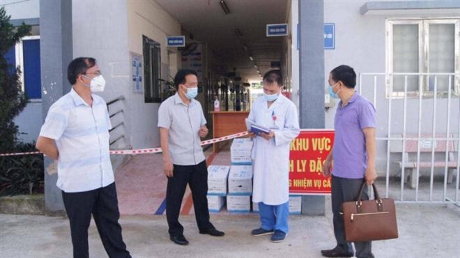 Lãnh đạo Sở Y tế Điện Biên kiểm tra chỉ đạo công tác phòng chống dịch, đảm bảo cơ sở vật chất tại Bệnh viện dã chiến Điện Biên Phủ. (Ảnh: CDC Điện Biên)