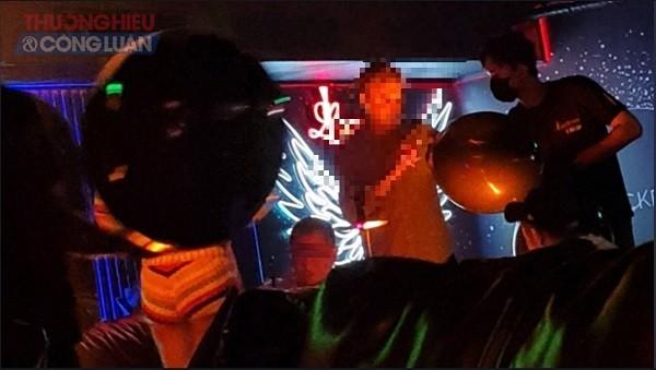 Nhân viên tại Lockdown Lounge Saigon mang bóng cười ra cho khách