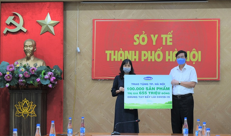 Gần 100.000 sản phẩm, tương đương hơn 655 triệu đồng, đã được Vinamilk trao tặng đại diện Sở Y tế TP. Hà Nội