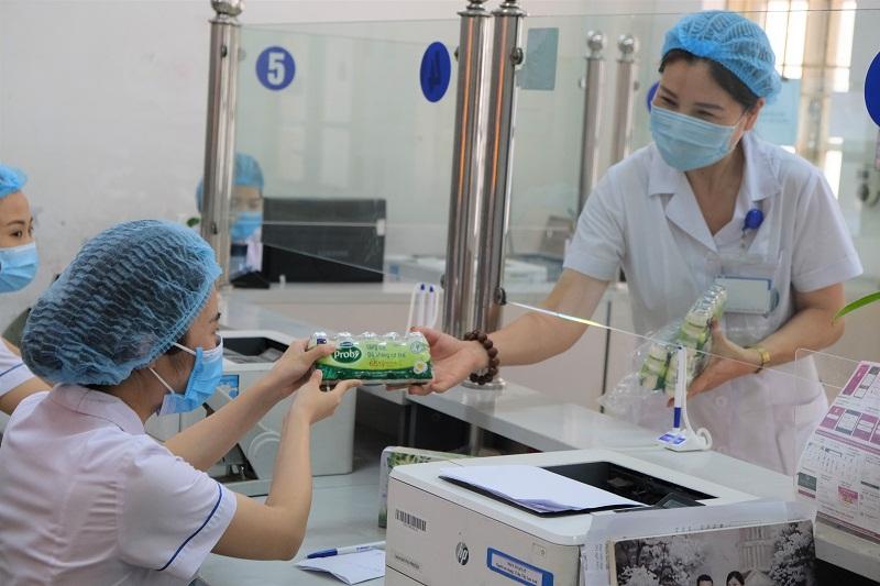 """Các sản phẩm Vinamilk đã kịp thời """"tiếp sức"""" cho các cán bộ y tế tại Bệnh viện Đa khoa Hà Đông"""