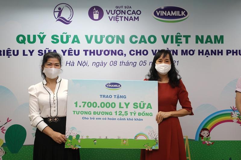 Năm 2021, 1,7 triệu ly sữa từ Quỹ sữa Vươn cao Việt Nam và Vinamilk sẽ đến với 19.000 trẻ em khó khăn