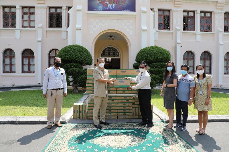 Đại diện nhà máy Angkormilk trao tặng sản phẩm cho đại diện chính quyền để giúp đỡ người dân thủ đô Phnom Penh