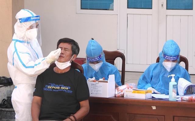 Xét nghiệp Covid-19 trước ngày bầu cử cho mỗi hộ gia đình trên địa bàn phường Hòa Khánh Nam, quận Liên Chiểu sáng ngày 20/5
