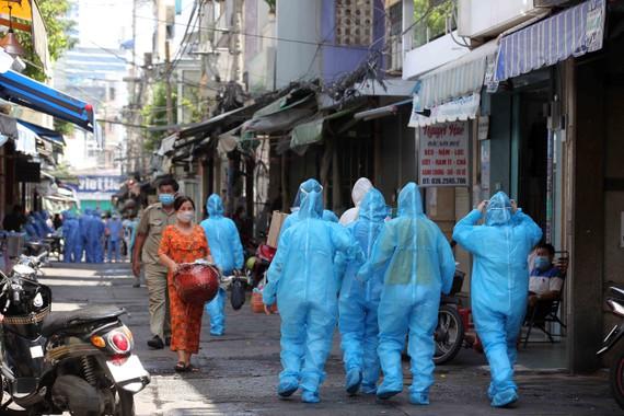 Nhân viên y tế thực hiện nhiệm vụ tại hẻm 287 Nguyễn Đình Chiểu, quận 3, nơi đang phong tỏa