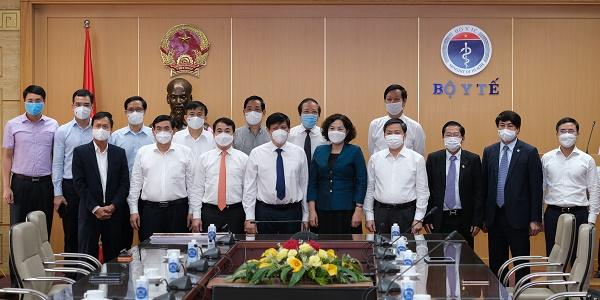 Bộ trưởng Bộ Y tế chụp ảnh cùng Thống đốc NHNN và Chủ tịch các ngân hàng tham gia ủng hộ mua Vắc-Xin phòng Covid-19