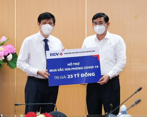 Chủ tịch HĐQT BIDV Phan Đức Tú trao biển hỗ trợ mua Vắc-Xin phòng Covid-19 trị giá 25 tỷ đồng