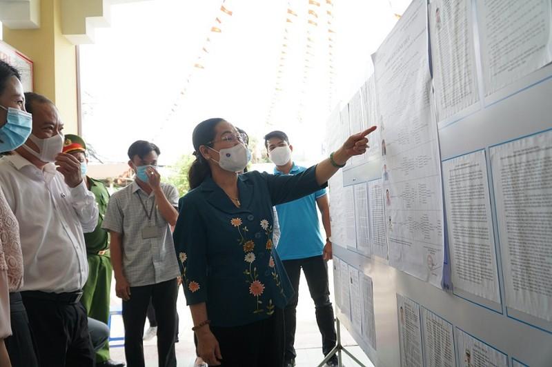 ịch HĐND TP.HCM Nguyễn Thị Lệ kiểm tra việc niêm yết danh sách tại một số khu vực bỏ phiếu ở thị trấn Củ Chi