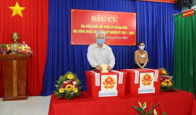Ông Nguyễn Minh Triết bỏ lá phiếu bầu cử vào thùng phiếu