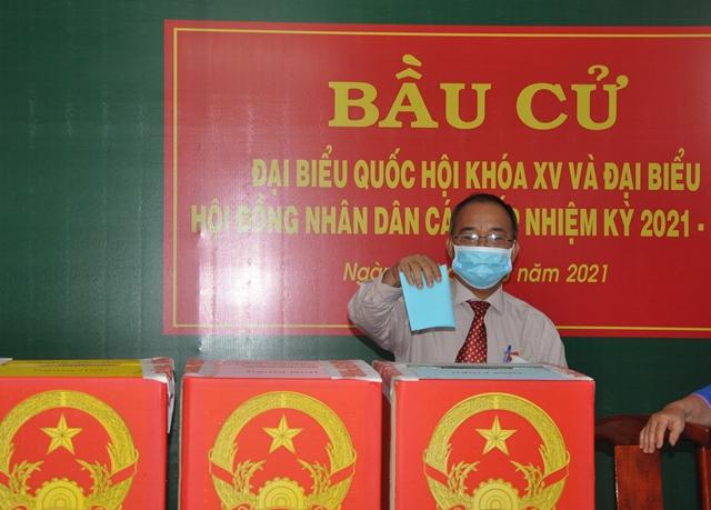 Ông Trần Bá Việt vinh dự và xúc động bỏ lá phiếu đầu tiên tại Khu vực bỏ phiếu số 6, phường 2, Tp.Vũng Tàu
