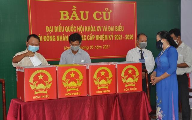 Những cử tri thành phố Vũng tàu tham gia bỏ phiếu ngay từ 7 giờ sáng