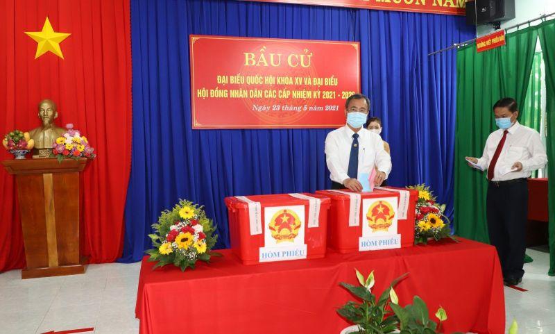 Ông Trần Văn Nam bỏ lá phiếu bầu cử vào thùng phiếu