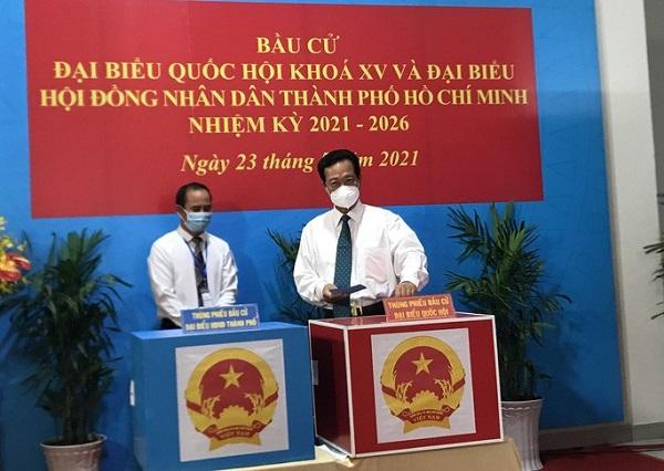 Nguyên Thủ tướng Chính phủ Nguyễn Tấn Dũng bỏ phiếu bầu đạ tại điểm bỏ phiếu Trung tâm Bồi dưỡng chính trị quận 3