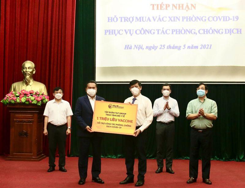 Đại diện Tập đoàn T&T Group vừa trao tặng 1 triệu liều vaccine cho đại diện lãnh đạo Bộ Y tế. Ảnh: T&T