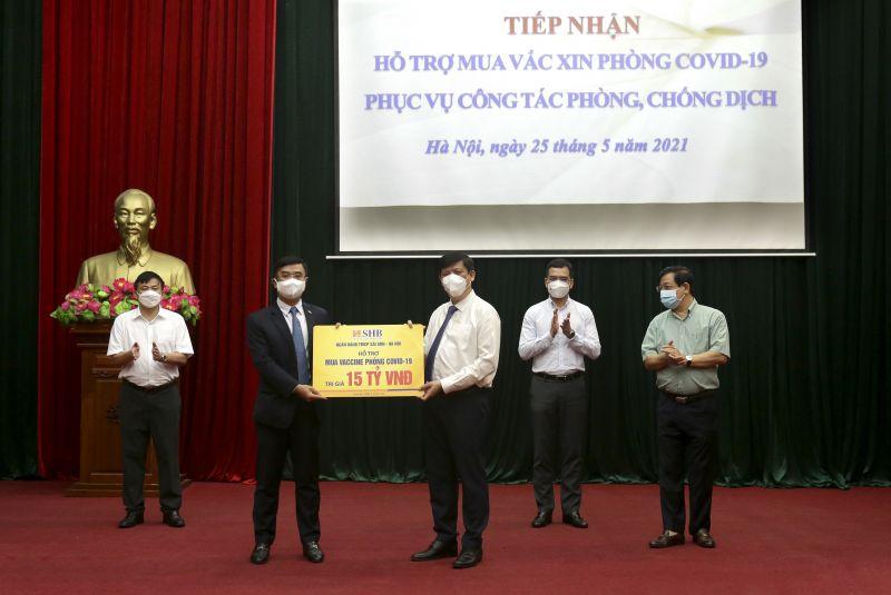 Tổng Giám đốc Nguyễn Văn Lê - đại diện SHB trao tặng Bộ Y tế 15 tỷ đồng hỗ trợ kinh phí mua vaccine phòng Covid-19