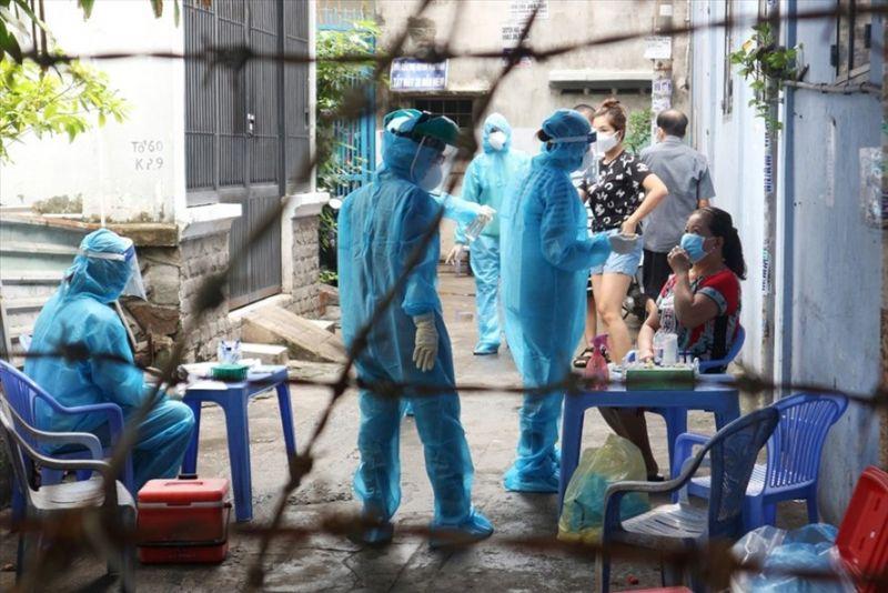 Lực lượng chức năng tiến hành khoanh vùng một con hẻm trên đường Nguyễn Kiệm (phường 3, quận Gò Vấp) liên quan đến chuỗi lây nhiễm ở Hội thánh truyền giáo Phục Hưng