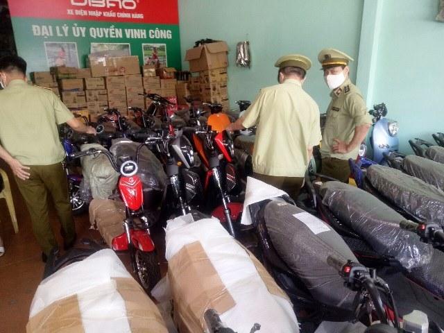 Lực lương QLTT kiểm tra cơ sở kinh doanh xe máy điện Vinh Công