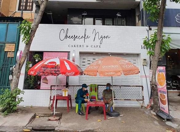 Tiệm bánh ngọt Cheesecake Ngon tại 14e đường Quốc Hương, phường Thảo Điền, TP Thủ Đức tạm thời đóng cửa, lực lượng chức năng túc trực chiều 27/5. Ảnh: LÊ PHAN