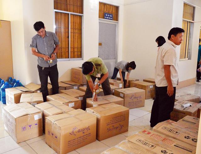 Cơ quan chức năng tỉnh Cà Mau niêm phong, tạm giữ 14.000 hộp mỹ phẩm để điều tra làm rõ.