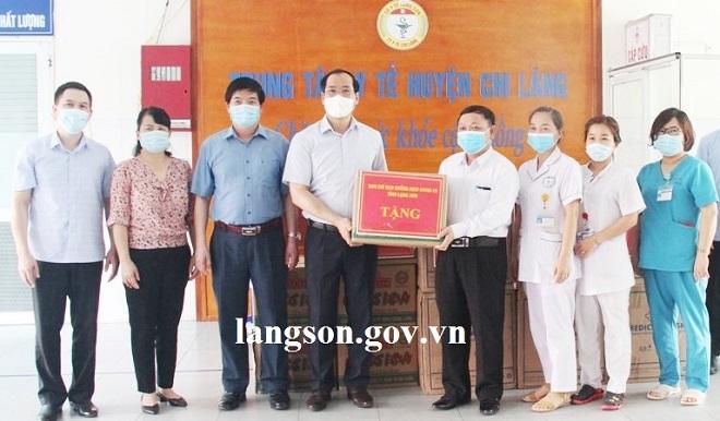 Dương Xuân Huyên, Phó Chủ tịch Thường trực UBND tỉnh,Phó Trưởng Ban Chỉ đạo phòng, chống dịch Covid - 19 của tỉnh và đoàn công tác tặng quà Trung tâm Y tế huyện Chi Lăng
