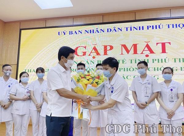 Đồng chí Hồ Đại Dũng Tặng hoa động viên Đoàn cán bộ y tế tỉnh Phú Thọ tham gia hỗ trợ tỉnh Bắc Giang phòng chống COVID-19 (Ảnh CDC Phú Thọ)