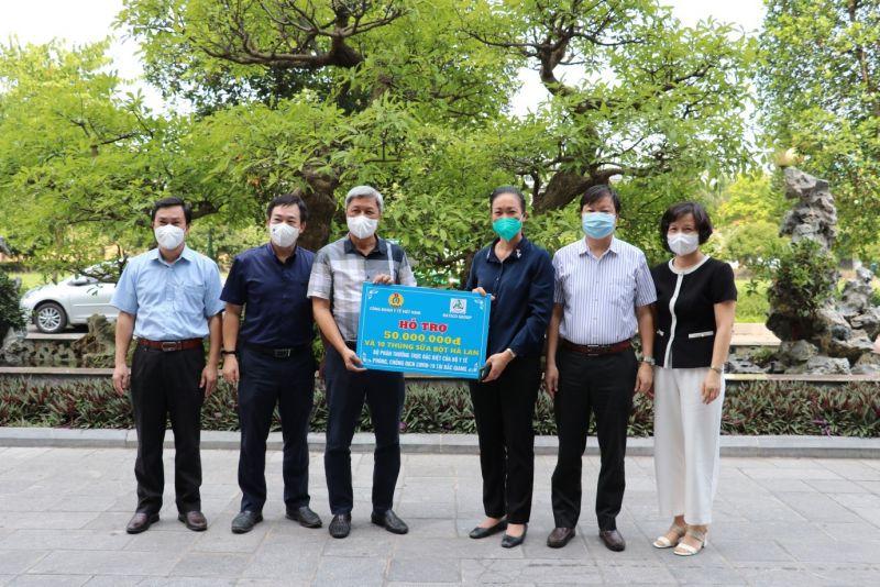 Công đoàn Y tế Việt Nam trao ủng hộ cho Bộ phận thường trực đặc biệt của Bộ Y tế và đội ngũ cán bộ y tế tăng cường tại Bắc Giang.