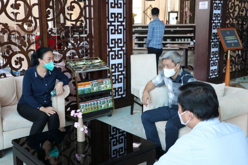 Chủ tịch Công đoàn Y tế Việt Nam Phạm Thanh Bình trao đổi cùng Thứ trưởng Bộ Y tế Nguyễn Trường Sơn.