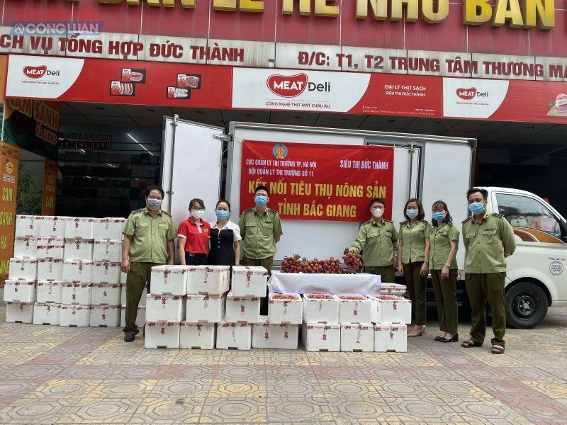 Đội QLTT số 11 - Cục QLTT Hà Nội tiến hành tiêu thụ vải hỗ trợ tỉnh Bắc Giang