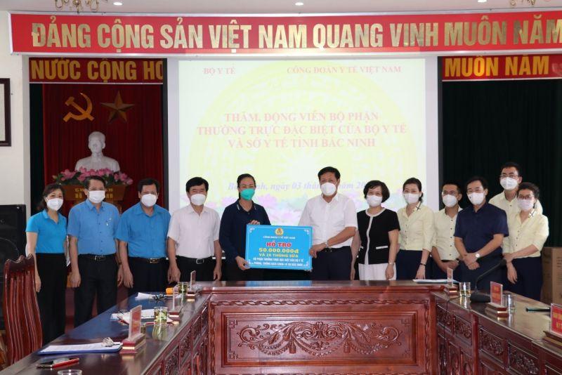 Công đoàn Y tế Việt Nam trao ủng hộ cho Bộ phận thường trực đặc biệt của Bộ Y tế và đội ngũ cán bộ y tế tăng cường tại Bắc Ninh.