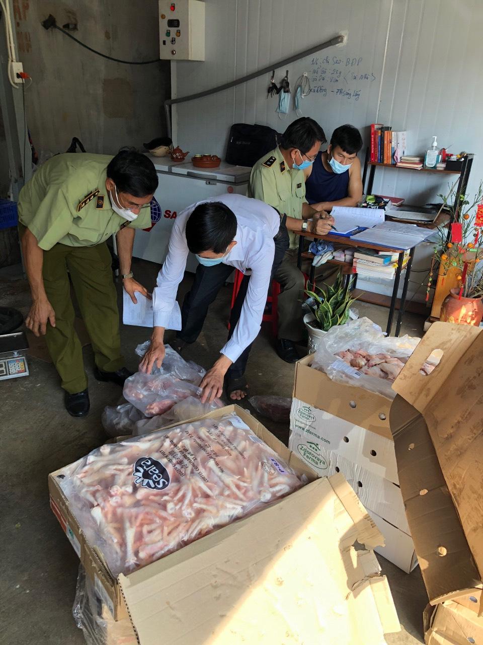 Lực lượng chức năng tỉnh Bình Phước trên 5 tạ thịt, xương động vật đông lạnh nhập lậu không rõ nguồn gốc