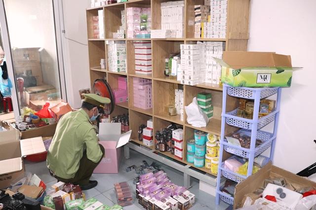 Kho hàng bị phát hiện chứa nhiều hàng hóa không rõ nguồn gốc.